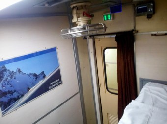Hampi Express - 1A: Sehr geräumig und komfortabel in der Ersten Klasse unterwegs von Hosapete nach Bengaluru, Indien.