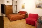 Venedig - Zimmer mit roten Sesseln