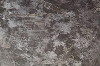 Widmanstätten Strukturen findet man nur in außerirdischem Material. Die Struktur entsteht durch Kristallisation in Meteoriten über viele Millionen Jahre hinweg unter kontinuierlich sehr hohen Temperaturen. Das sind Bedingungen, die man auf der Erde niemals schaffen könnte.