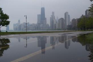 Die Skyline von Chicago spiegelt sich in einer Regenpfütze