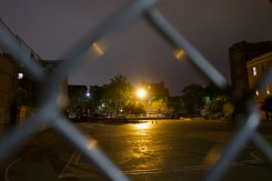 Ein leerer Sportplatz, nachts in Brooklyn