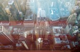 Die Spiegelung des Luftschachtes im Boden bricht sich durch die vielen Scheiben des Fensters und macht so diesen bunten Prisma-Effekt