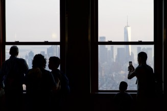 Silhouetten am Fenster in New York