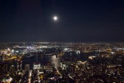 Mondschein über dem East River vom Empire State Building