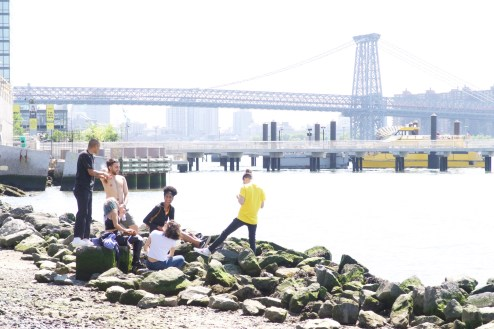 Überbelichtet mit Freunden am East River sitzen