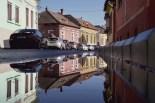 Nach dem Regen spiegeln sich die Häuser in den Pfützen