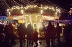 Weihnachts-Karussell an einem verregneten Abend
