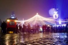 Abends treffen sich die Leute zum Glühwein auf dem Weihnachtsmarkt