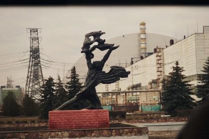Eine heroische Skulptur neben dem havarierten Atomkraftwerk