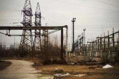 Rund um das Atomkraftwerk verrotten alte elektrische Anlagen und Strommasten