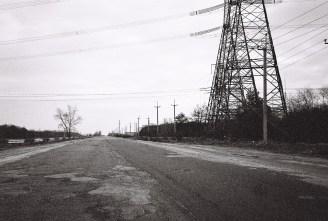 Leere Straßen und Strommasten