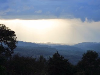 Regenzeit über den bewaldeten Hügeln von Kaffa, Äthiopien