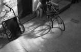 Schattenspiel der Fahrradreifen im Innenhof