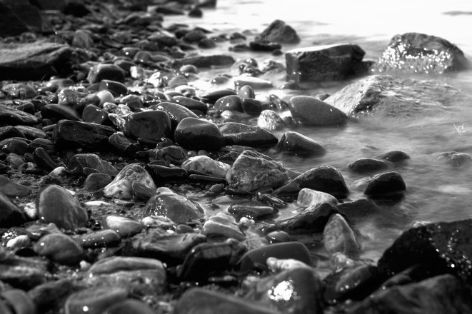 Funkelnde Steine am Rheinufer