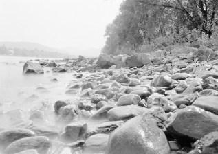 Steiniges Rheinufer