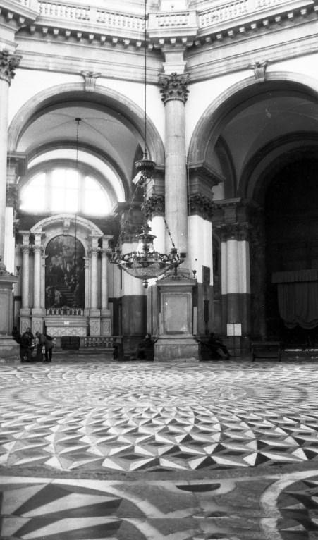 Der Mosaik-Fußboden in der barocken Kirche Santa Maria della Salute zieht sich durch den ganzen Raum