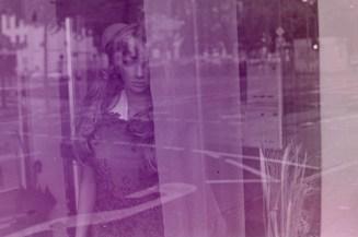 Melancholisch verträumt guckende Schaufensterpuppe