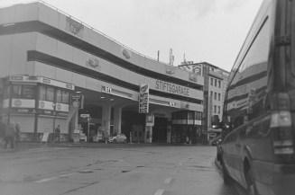 Die Stiftsgarage mit Tankstelle am Sonntag in Bonn