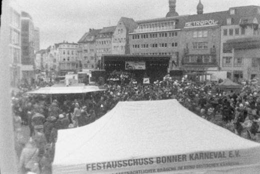 Viele Jecken zum Auftakt der Karnevalssession auf dem Bonner Marktplatz
