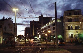 Das Stadthaus kurz vor Einbruch der Nacht