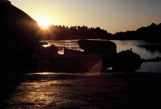 Abendsonne im Gegenlicht am Fluss in Hampi