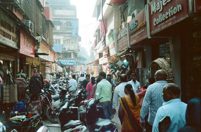 Enge verstopfte Seitengasse im Bazaar District