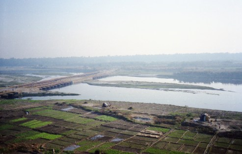 Felder mit Ponton Bridge in Majnu-ka-tilla, Delhi - India 2006 Fuji Superia 200