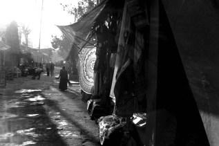 Gegenlicht am Abend auf einer Straße in Hampi