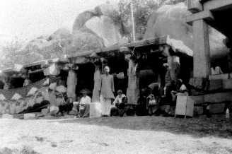 Menschen in der Sonne vor dem Sree Kodandarama Tempel bei Hampi (1)