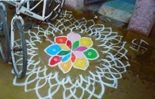 Rangoli - Buntes Mandala Muster und Fahrräder in Hampi