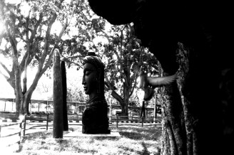 Skulptur mit Taube in den Lal Bagh Botanical Gardens