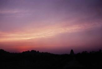 Violetter Abendhimmel über Hampi