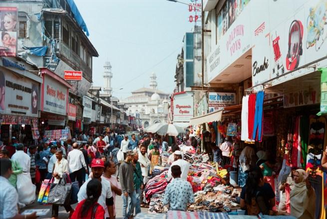 Volle bunte Straßenszene im Bazar Distrikt
