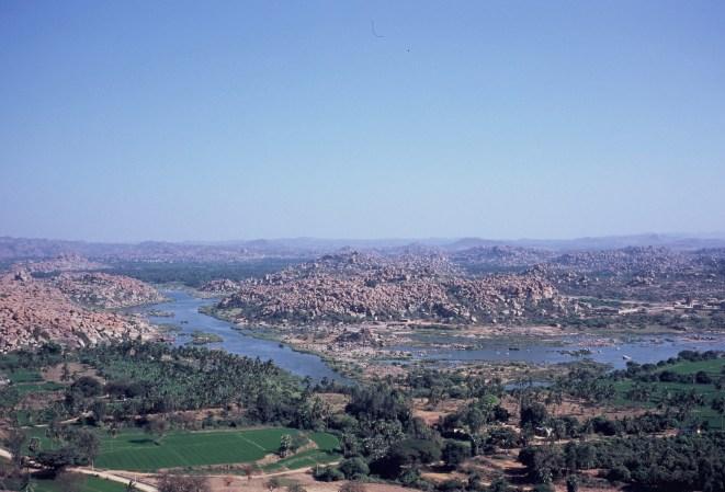 Weiter Blick über die Steinlandschaft im Flusstal bei Hampi