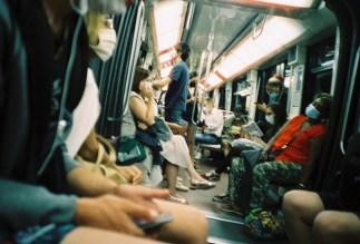Paris - Müde Frau mit Maske abends in der Metro