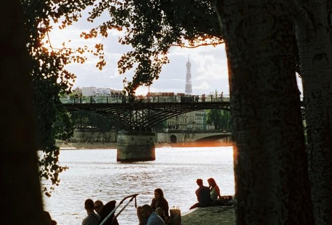 Viele Menschen lieben es am frühen Abend mit Freunden am Ufer der Seine zu sitzen