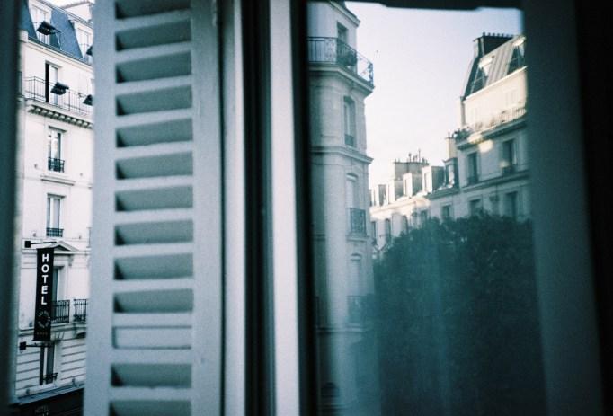 Paris - Spiegelung in der Balkontüre unseres Hotelzimmers