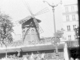 Moulin Rouge - in schwarzweiß am Fuße des Montmartre