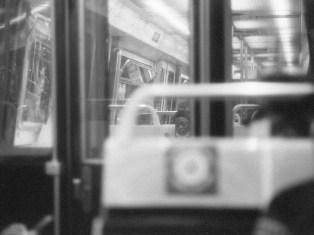 Paris - eine junge Mutter in der Metro