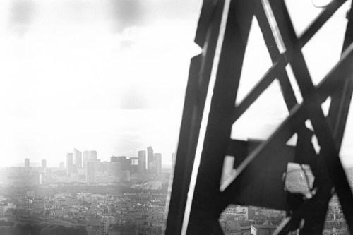 Blick zwischen die Eisenverstrebungen beim Abstieg vom Eiffeltum