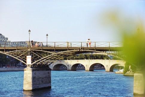 Frau mit rotem Kleid auf der Pont des Arts