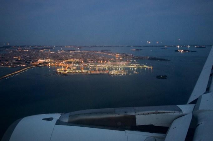 """Blick aus dem Fenster beim Landeanflug auf den Flughafen """"Marco Polo"""" (VCE). Venedig hat mit über 10 Millionen Passagieren im Jahr einen der 5 größten Flughäfen Italiens"""