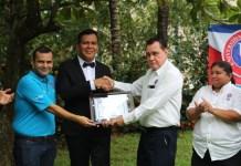 Juan Manuel Rodríguez entrega diploma al joven investigador Dorian Torres