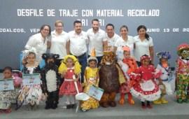 Presenta DIF Desfile de trajes elaborados con material reciclado