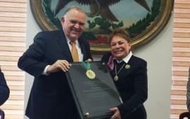 Recibe reconocimiento Magistrada Yolanda Catañeda de manos del Magistrado Presidente Edel Álvarez