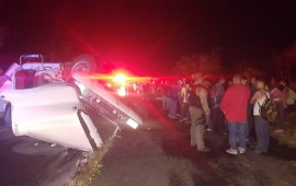 Auxilian Policía Federal y Fuerza Civil a 75 migrantes, por volcadura de tráiler