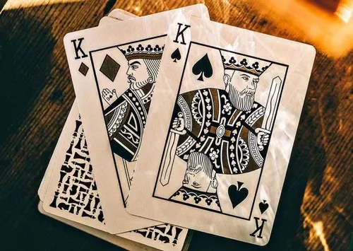 knights playing 牌。
