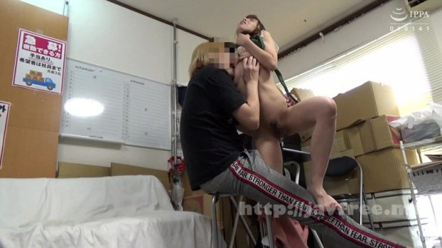 [HD][JJAA-043] パートの人妻さんが若い従業員をこっそり連れ込んで楽しむヤリ部屋になっているバイト先の休憩室18