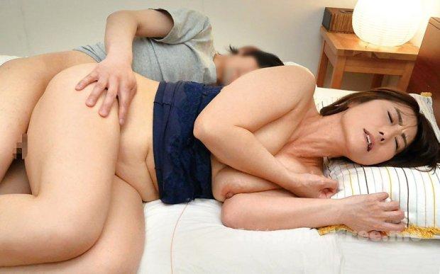 [HD][OFKU-187] 神戸から上京した嫁の母が…関西の巨尻義母 京野美沙 45歳