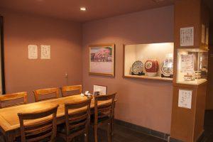 澤田痴陶人デザインの陶器が多く飾られている店内